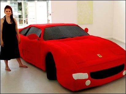 Laura Porter mit ihrem gestrickten Ferrari